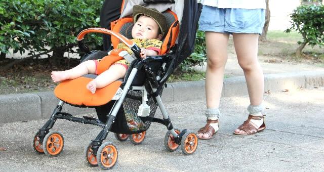ベービーカーに乗っている赤ちゃん