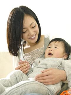 あ母さんに抱っこされる赤ちゃん
