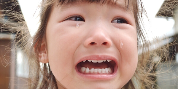 人見知りで泣く4歳児