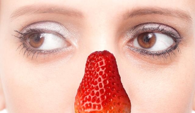 いちご鼻の女性