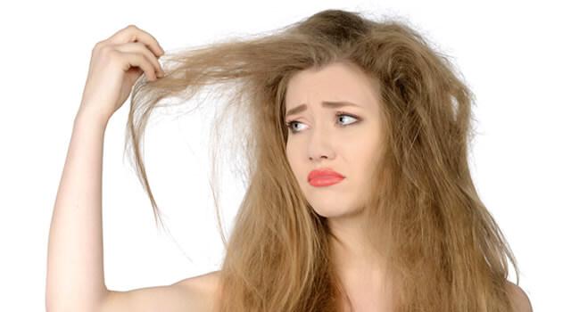 髪の毛がパサつく女性