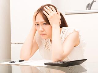 引っ越しの出費を心配する女性