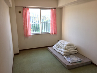 寝具だけ揃った部屋
