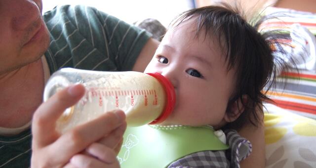 子供にミルクを与える旦那さん