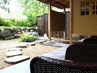 ゆったりした温泉の庭