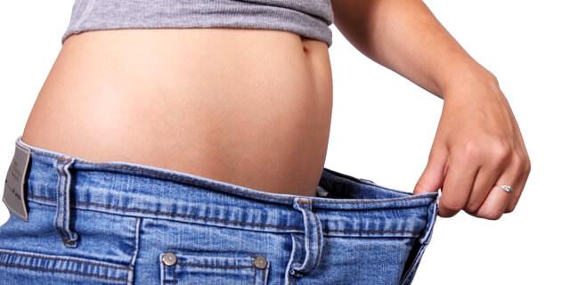お腹まわりの脂肪が落ちた女性