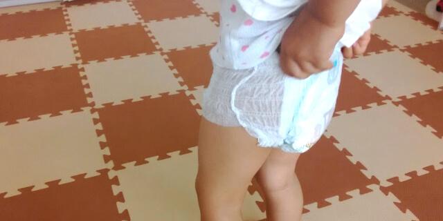 オムツを履く子供