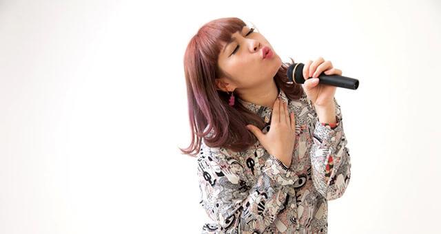 カラオケを熱唱する女性