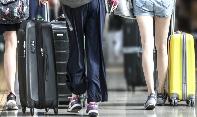 スーツケースを引っ張る旅行者