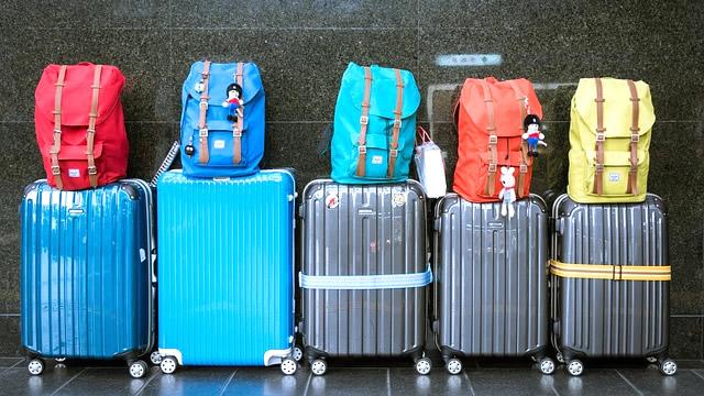 並んだスーツケース