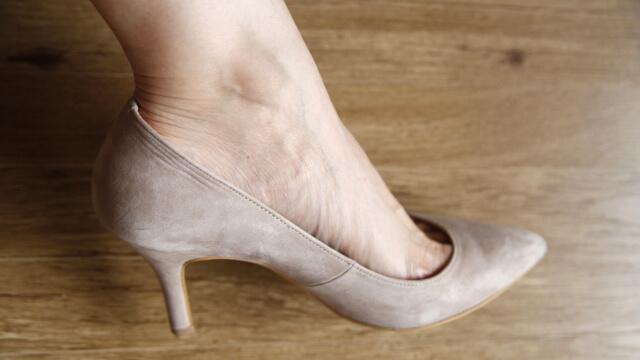 パンプスと女性の足2