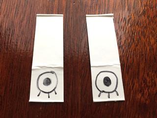 余っている牛乳パックで目を描きます