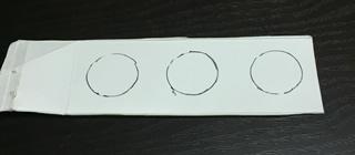 牛乳パックの紙にペンで型どる