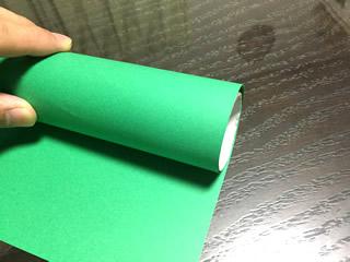 トイレットペーパーの芯に色画用紙を巻いて長さを図る