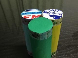 色画用紙を丸く切たものを底面に貼る