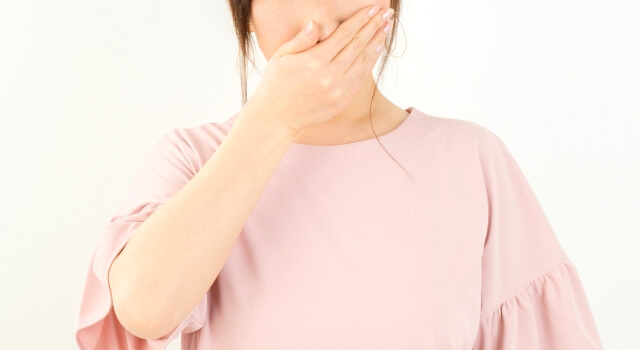 口臭を感じる女性