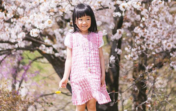 女の子と桜