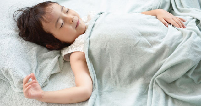 三歳児の女の子のお昼寝