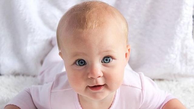目のかわいい赤ちゃん