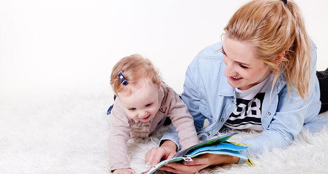 赤ちゃんに読み聞かせするお母さん
