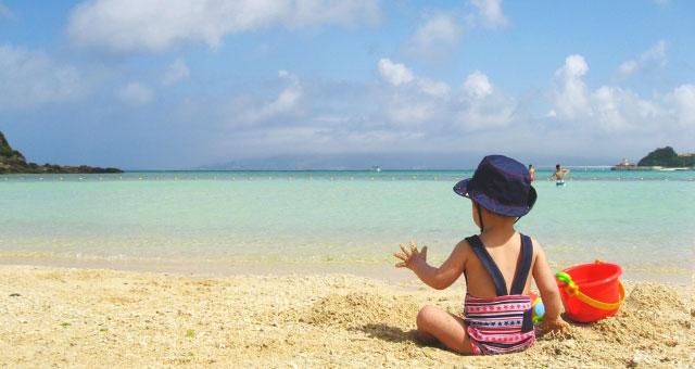 夏の砂浜と子供