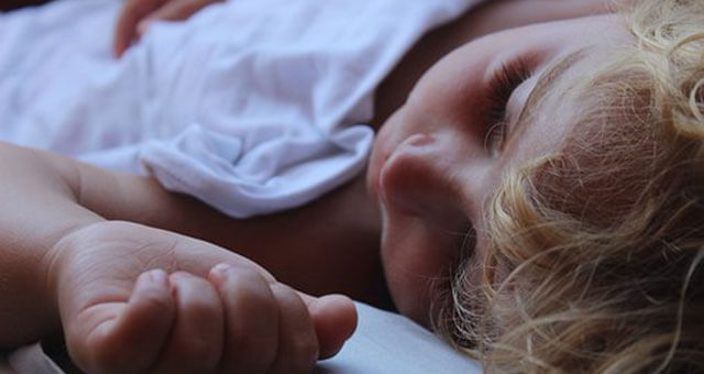 熟睡する赤ちゃん
