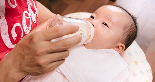 ミルクを飲む赤ちゃん2