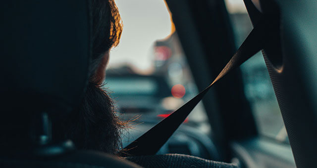 シートベルトを着用する女性