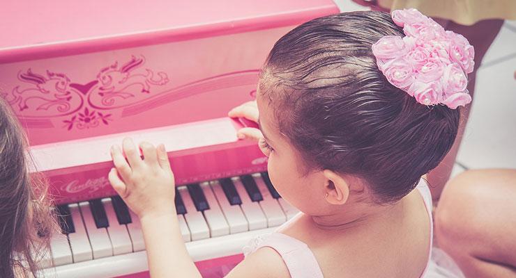 ピアノを弾く子供2