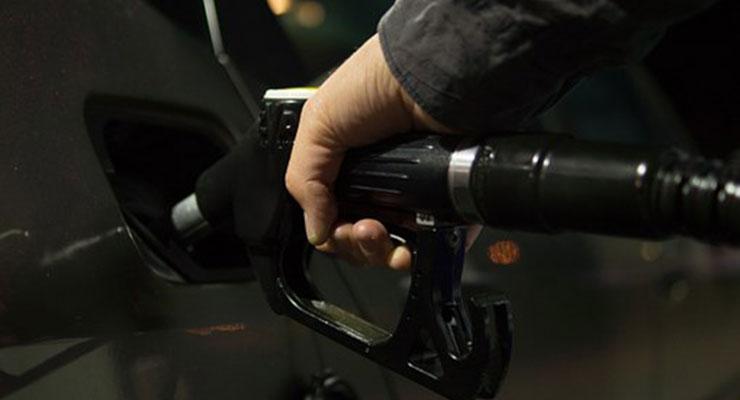 自動車に給油