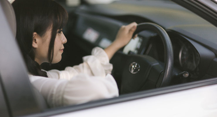 運転する女性