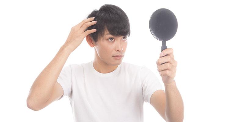 髪の毛が気になる男性
