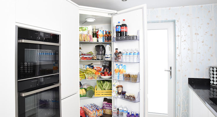 ドアの空いた冷蔵庫