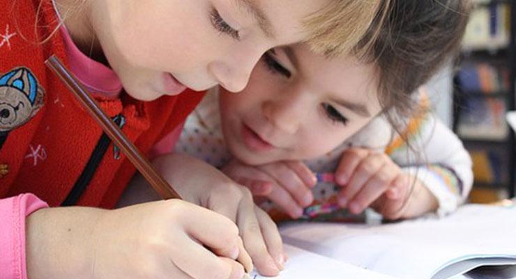勉強に集中する子供2