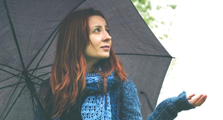 雨を気にする女性