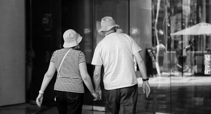 出かける夫婦